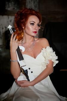 Ładna kobieta ze skrzypcami