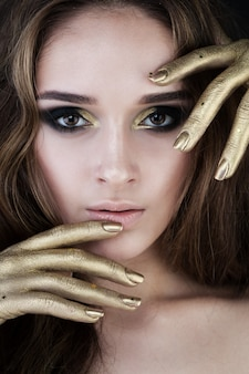 Ładna kobieta ze złotym makijażem