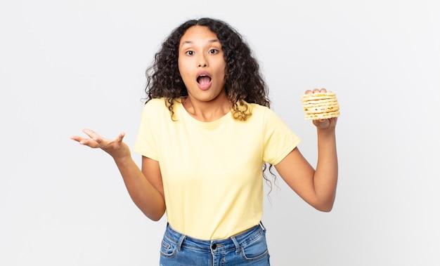 Ładna latynoska kobieta trzyma ciastka na diecie ryżowej