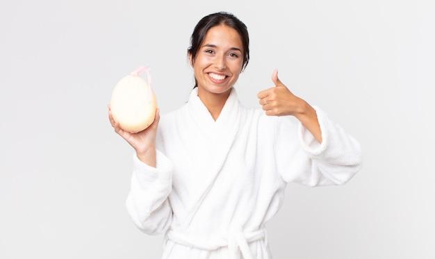 Ładna latynoska kobieta w szlafroku po prysznicu
