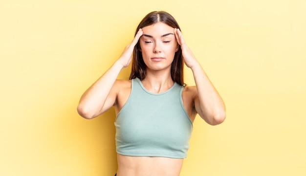 Ładna latynoska kobieta wyglądająca na skoncentrowaną, zamyśloną i natchnioną, przeprowadzającą burzę mózgów i wyobrażającą sobie z rękami na czole