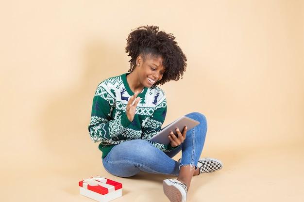 Ładna latynoska kobieta z prezentami świątecznymi
