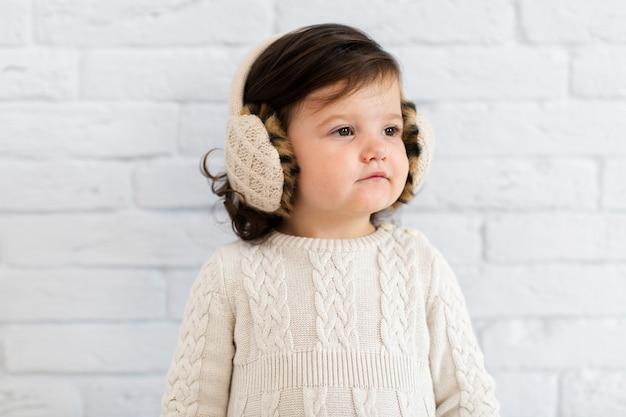 Ładna mała dziewczynka patrzeje daleko od