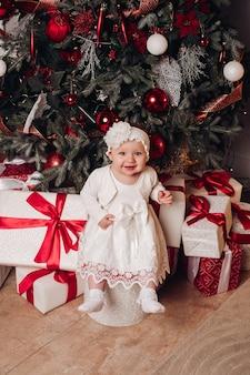 Ładna mała dziewczynka patrzeje kamerę. koncepcja bożego narodzenia.