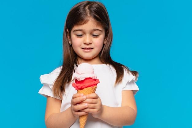Ładna mała dziewczynka smutny wyraz twarzy i trzymający lody