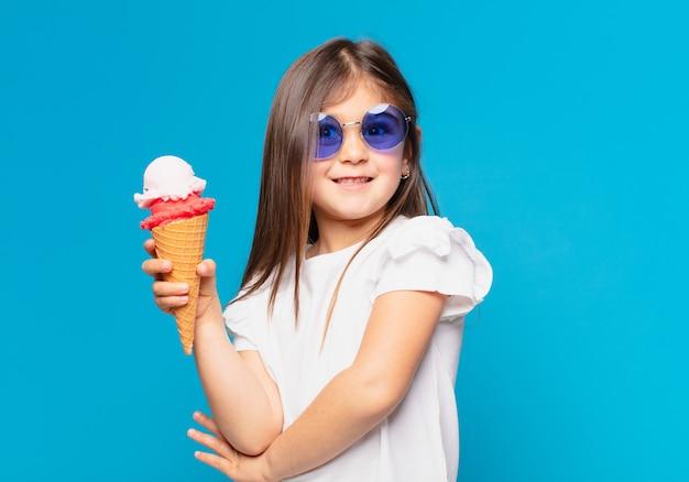 Ładna Mała Dziewczynka Szczęśliwa Ekspresja I Trzymająca Lody Premium Zdjęcia