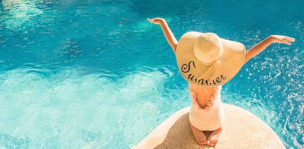 Ładna mała dziewczynka w pływackim basenie
