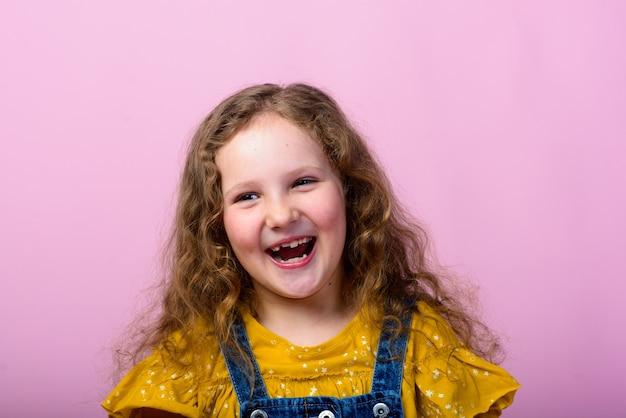 Ładna mała stylowa dziewczyna z kręconymi włosami