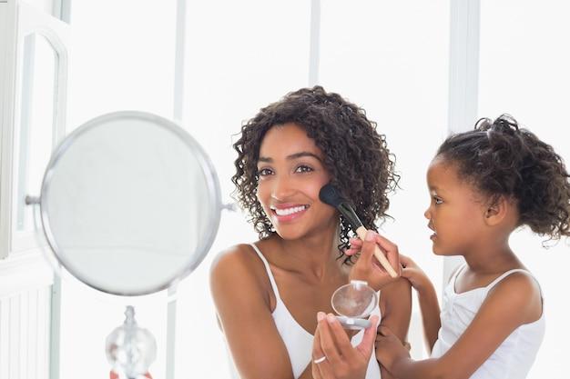 Ładna matka uczy jej córki o makeup