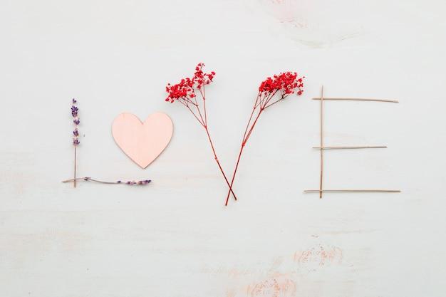 Ładna miłość pisząca z kwiatów