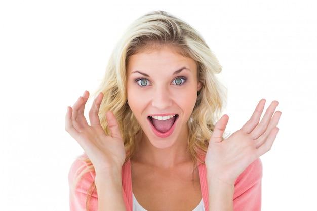 Ładna młoda blondynka czuje zaskoczenie
