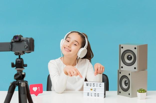 Ładna, młoda dziewczyna nagrywa na osobistego bloga