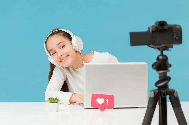 Ładna młoda dziewczyna nagrywa się w domu