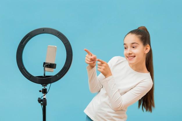 Ładna młoda dziewczyna nagrywa wideo