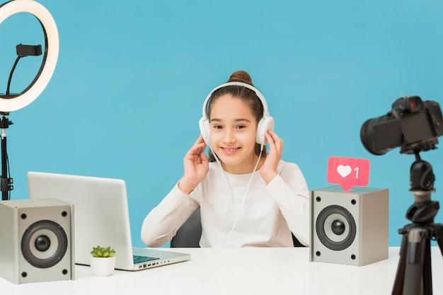 Ładna młoda dziewczyna próbuje nowych słuchawki