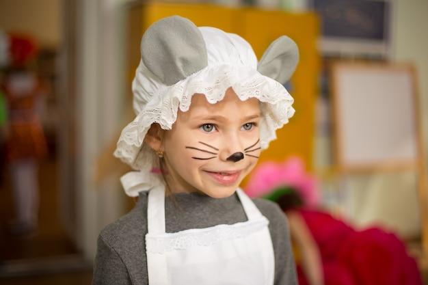 Ładna młoda dziewczyna ubrana w kostium myszy