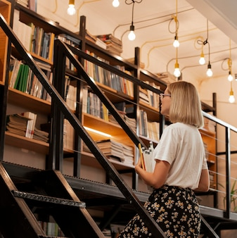 Ładna młoda dziewczyna w bibliotece