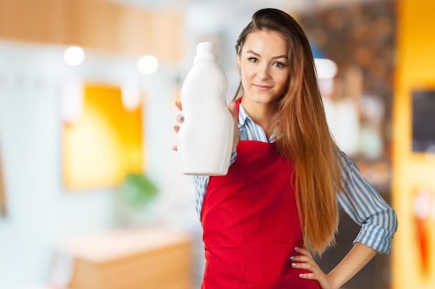 Ładna młoda kobieta gospodyni domowej lub gosposi pozycja