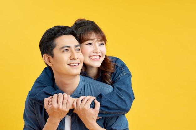 Ładna młoda kobieta obejmująca swojego chłopaka