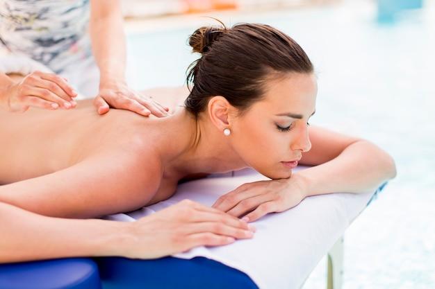 Ładna młoda kobieta po masażu