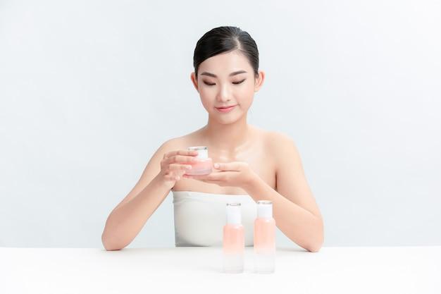 Ładna młoda kobieta reklamująca kosmetyki na blogu