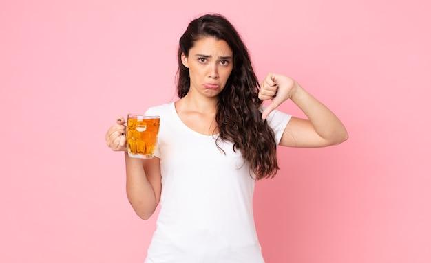 Ładna młoda kobieta trzyma kufel piwa