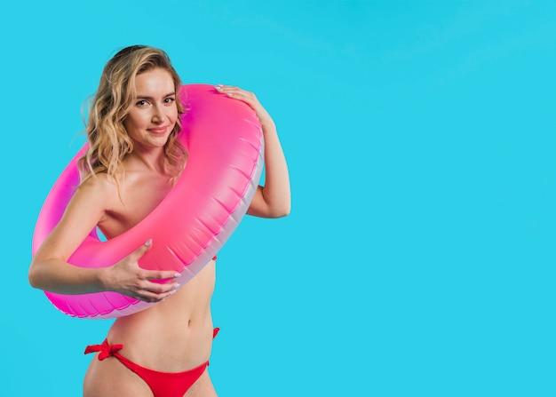 Ładna młoda kobieta w różowym lifebuoy