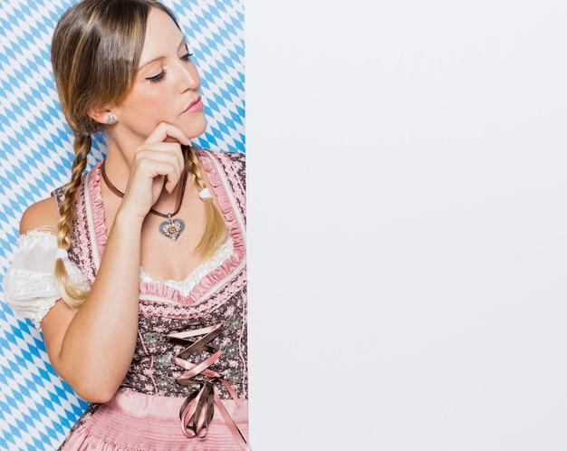 Ładna młoda kobieta w tradycyjnej sukni