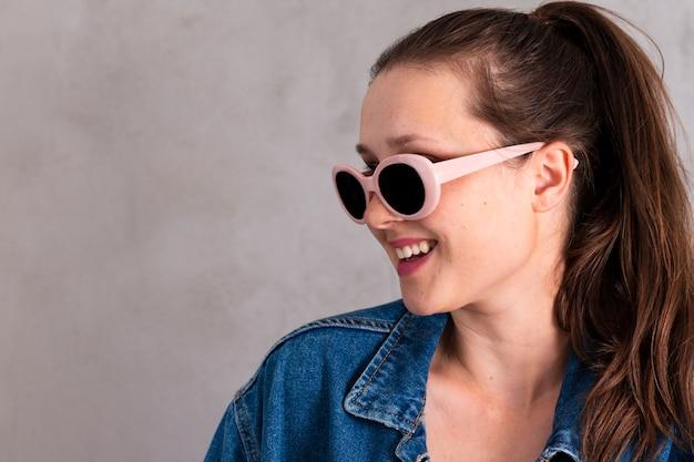Ładna młoda kobieta z okularami przeciwsłonecznymi