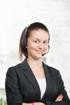 Ładna młoda kobieta z słuchawki
