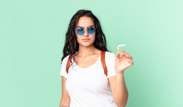 Ładna młoda kobieta z złamanym cygarem. brak koncepcji palenia