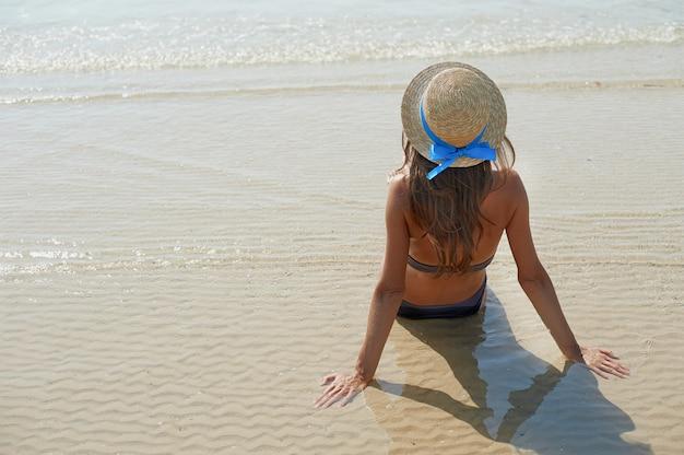 Ładna młoda opalona kobieta w kapeluszu