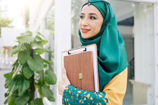 Ładna muzułmańska bizneswoman