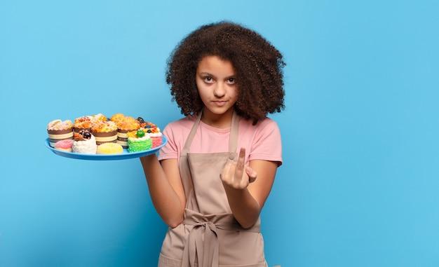 Ładna nastolatka afro czuje się wściekła, zirytowana, zbuntowana i agresywna, macha środkowym palcem, walczy. humorystyczny koncepcja piekarza
