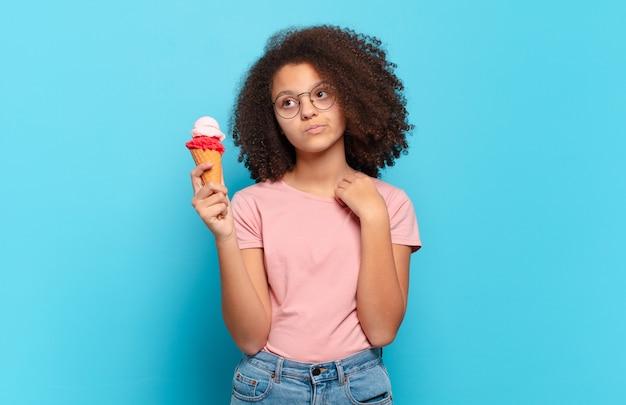 Ładna nastolatka afro czuje się zestresowana, niespokojna, zmęczona i sfrustrowana, ciągnie za szyję koszuli, wygląda na sfrustrowaną problemem. koncepcja lodów sumerskich