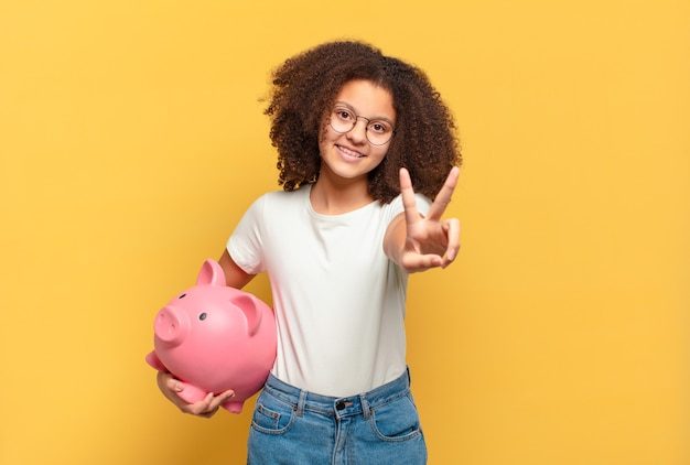 Ładna nastolatka afro krzyczy z rękami do góry, czuje się wściekła, sfrustrowana, zestresowana i zdenerwowana. koncepcja oszczędności