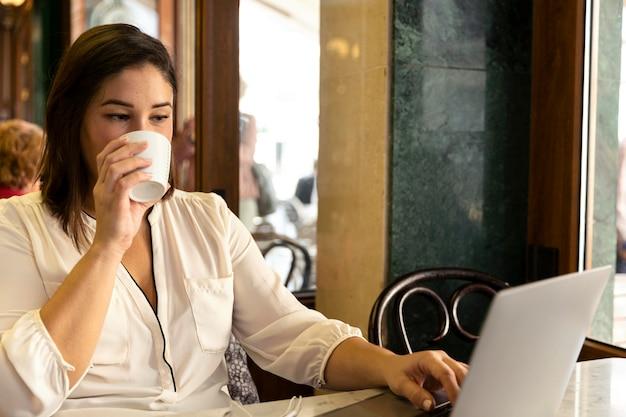 Ładna nastolatka pije gorący napój