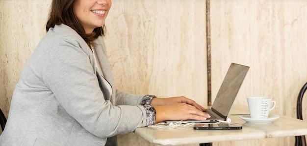 Ładna nastolatka pracuje na laptopie