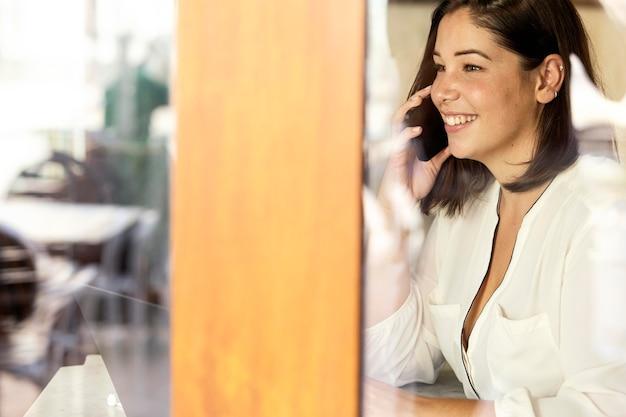 Ładna nastolatka rozmawia przez telefon