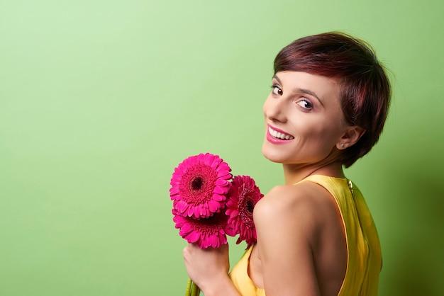 Ładna pani trzyma bukiet kwiatów