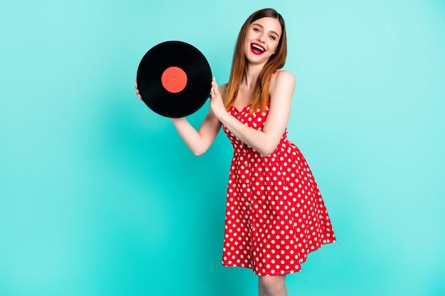 Ładna pani trzymaj winylowy dysk dźwiękowy w stylu vintage dj podekscytowany śmiech