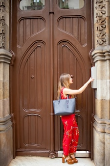 Ładna pani z dzwonkiem dzwonka do torby