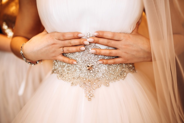 Ładna panna młoda ubiera się przed ceremonią ślubną