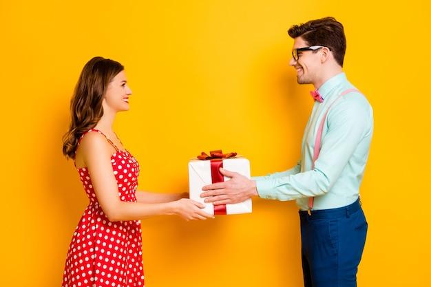 Ładna para chłopak daje dziewczynie prezent