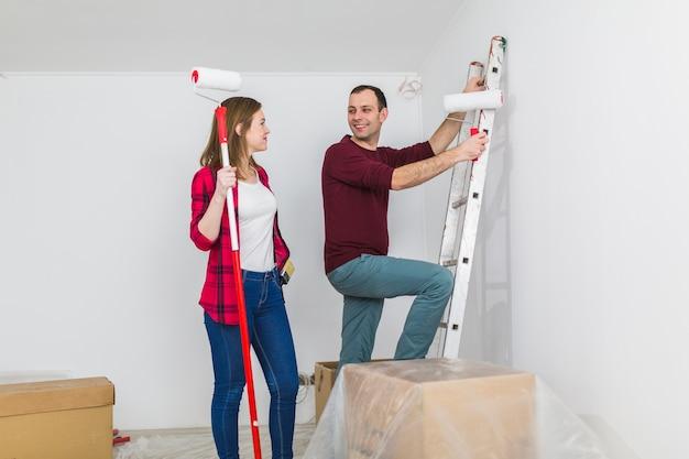 Ładna para maluje ściany