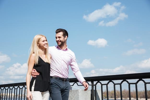 Ładna para wesoły mężczyzna i kobieta spaceru na ulicy