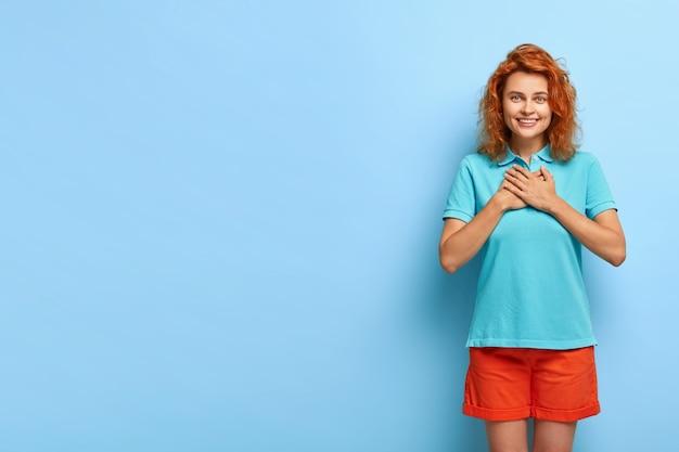 Ładna ruda dziewczyna ma pozytywny uśmiech