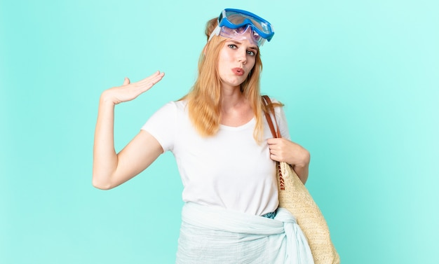 Ładna rudowłosa kobieta czuje się zestresowana, niespokojna, zmęczona i sfrustrowana przez okulary. koncepcja lato
