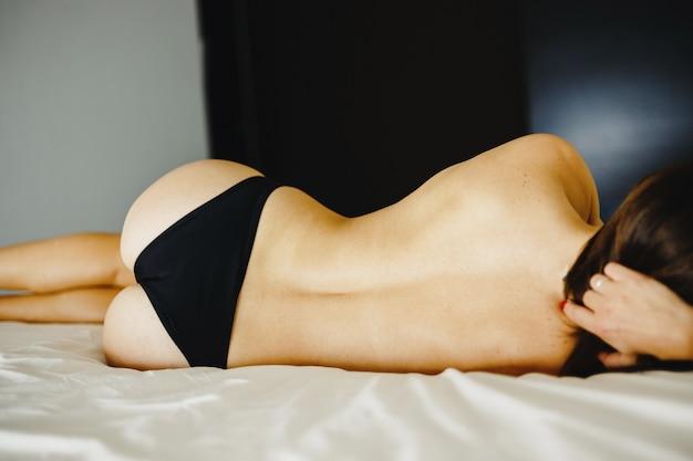 Ładna seksowna kobieta pozuje w przypadkowej kształt bieliźnie