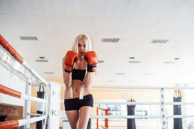 Ładna sport kobieta z bokserskimi rękawiczkami